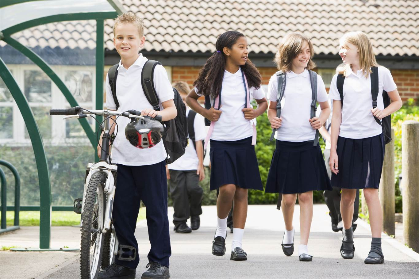 boarding school is an advantage over day school Boarding schools or day schools are better is based on the individual student some are well adjusted and can handle more responsibly could do well in boarding school.